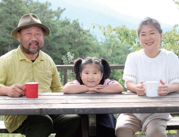 지리산에서 13년째 경관농업을 짓고 있는 강병규 씨와 부인 김선이 씨, 딸 다현 양.
