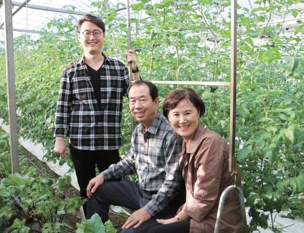 지속 가능한 가족농의 경영 모델을 제시하는 그래도팜의 원건희 씨 가족.