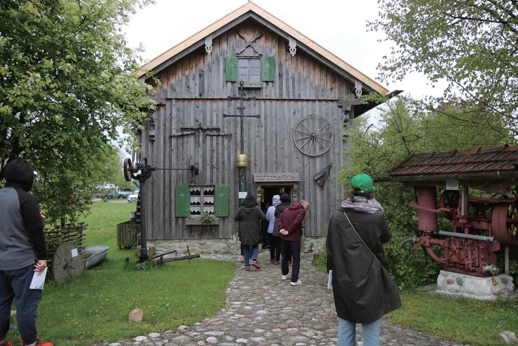 오래된 농가구 창고를 개조한 마을 박물관.