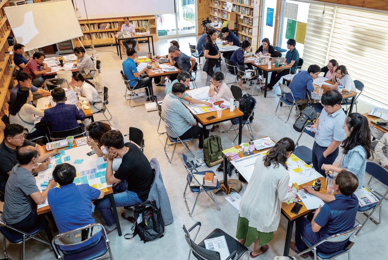 지난 7월 충남 홍성에서 열린 제5회 마을학회 일소공도 강학회講學會 '우리 스스로 만들어가는 농촌마을 정책'의 참가자들이 구자인 센터장과 함께 '농촌정책'을 공부하 는 시간을 가졌다. ⓒ마을학회 일소공도