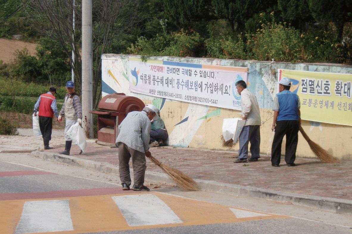 농촌에서는 온갖 공동 노역과 의식개혁 활동을 해야 한다.
