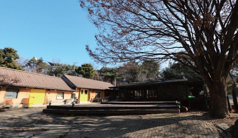 느티나무 아래 오래된 토담집과 신식 벽돌집이 기역 자로 이어져 있다. 각각 양조장과 시음장이다.