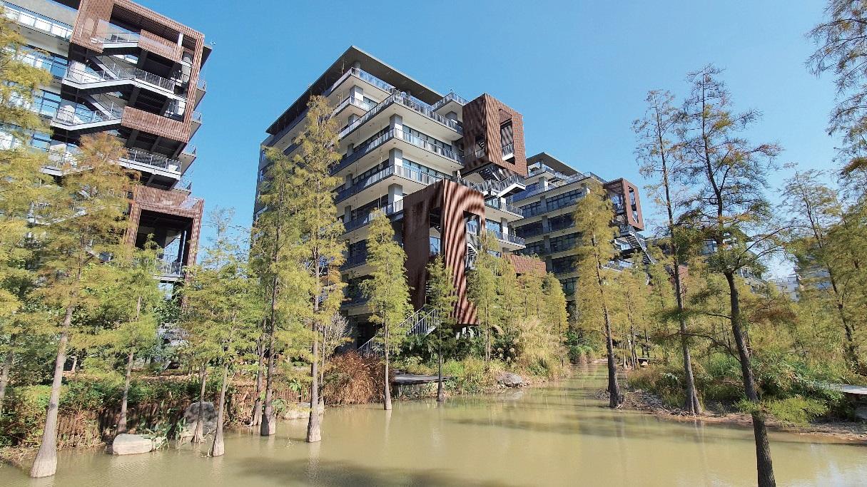 중국 선전시에 있는 산업단지 우통타오. 큰 호수를 둘러싼 24개의 빌딩 사이에 생태정원이 조성되어 있다.
