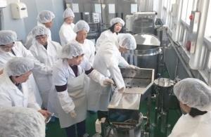 농산물종합가공센터에서는 농민이 직접 가공식품을 만들 수 있도록 돕는다. Ⓒ경상남도농업기술원