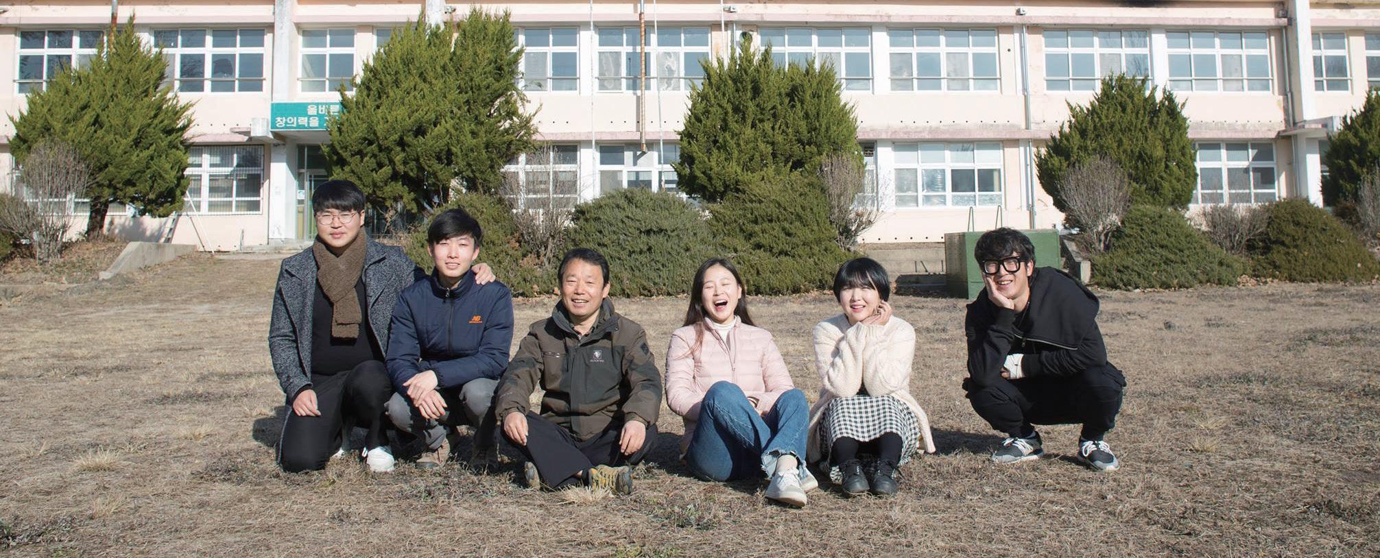 청년이그린협동조합 조합원들. 가장 왼쪽이 주슬기 씨, 왼쪽 세 번째 인물이 장동범 이장이다. ⓒ청년이그린협동조합
