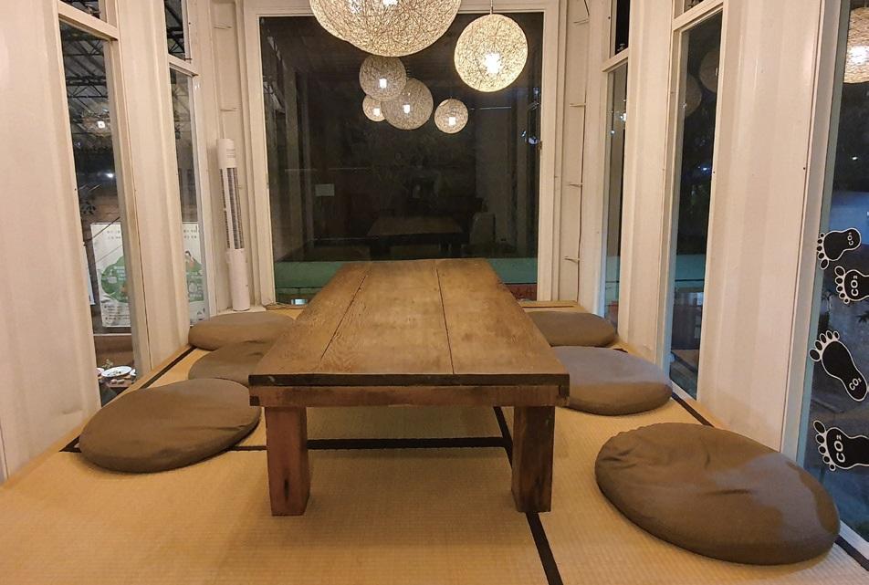 2층 휴식 공간. 오래된 문짝을 테이블로 재활용했다.