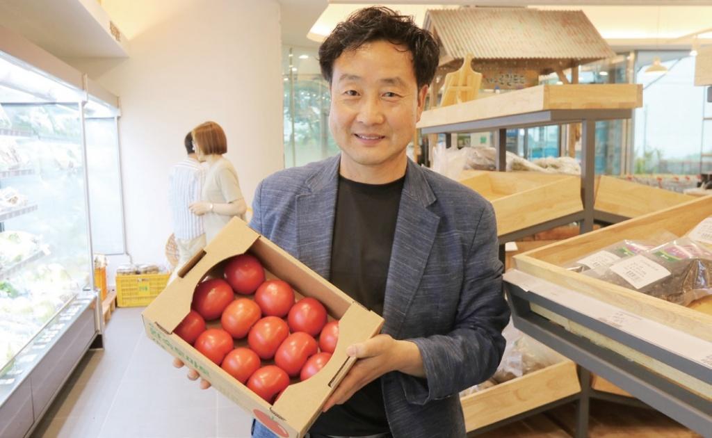 """강순원 씨는 """"우리가 함께 행복하기 위한 새로운 시도를 해야 한다""""고 말했다."""