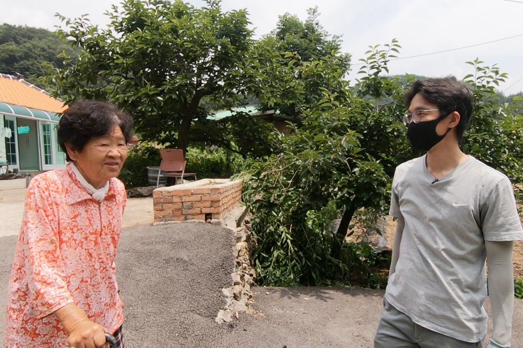 이재덕 기자(오른쪽)가 전남 순천 화지마을에서 어르신과 이야기를 나누고 있다. ⓒ경향신문 석예다PD