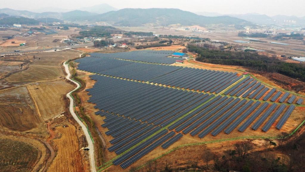 전북 익산시 금마면의 한 야산에 설치된 대규모 태양광 패널. ⓒ한국농정신문