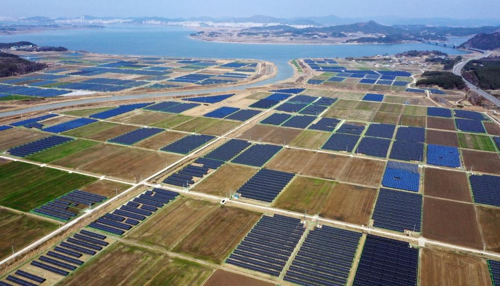 전남 영암군 삼호읍 일대의 간척지에 설치된 태양광 패널. ⓒ한국농정신문