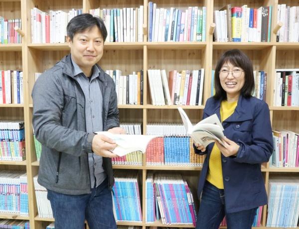 두지마을의 이야기를 담은 책 「복작복작 재미지게 산당께」를 기획, 제작한 주역인 구준회 씨와 김선영 씨.