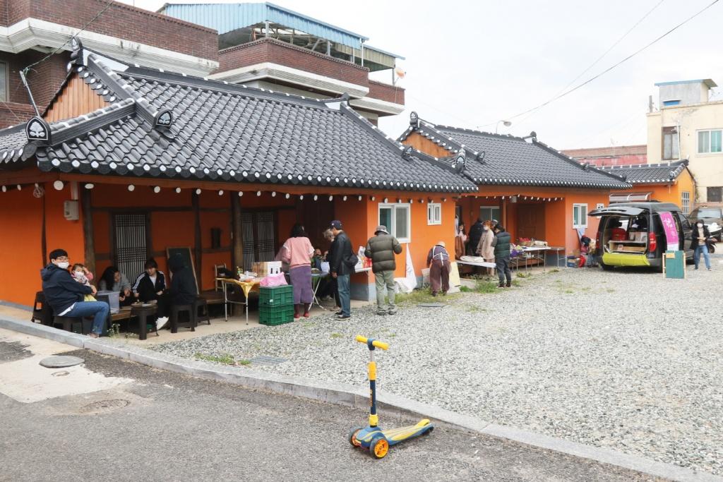 '촌村시장'에서는 지역민들이 제철 농산물과 먹거리, 수공예품과 가공품, 중고용품 등을 사고판다.