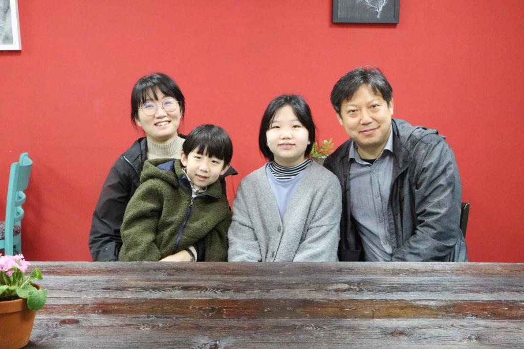 전북 순창군, 요일부엌 '마슬'에 모인 구준회 씨(오른쪽) 가족. 왼쪽부터 아내 전수진 씨, 아들 자민 군과 딸 자은 양.