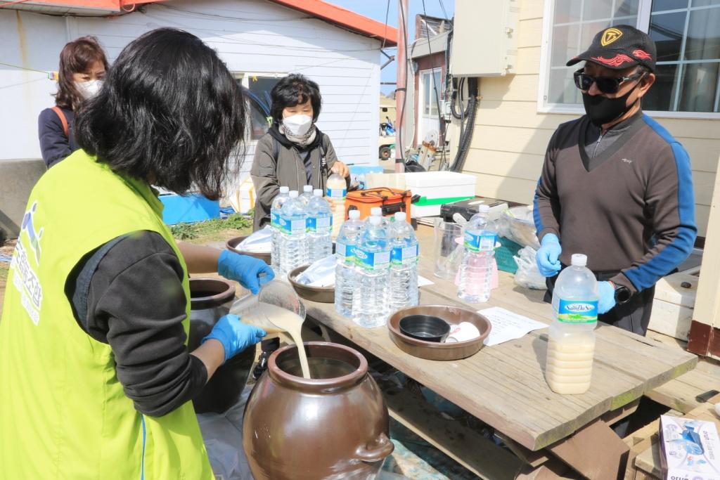 김형신 대표가 마라도 지역민에게 '방풍막걸리' 제조법을 교육하고 있다.