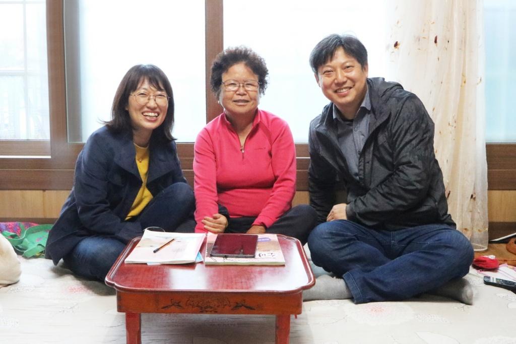 생애 구술에 참여한 장순금 여사(가운데)와 글을 쓴 김선영 씨, 사진을 찍은 구준회 씨.