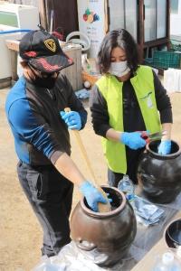 김형신 대표가 김은영 이사장(오른쪽)에게 방 풍막걸리 제조법을 전수했다.