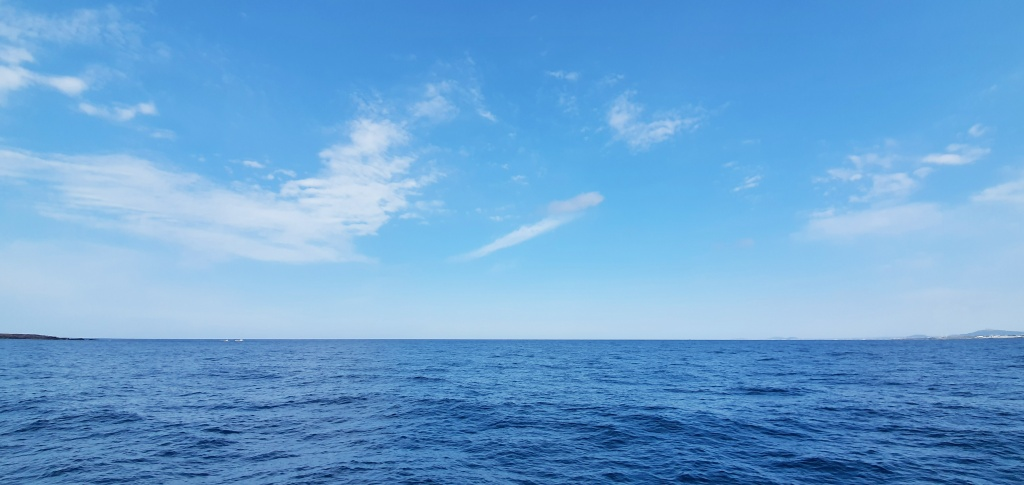 섬으로 가는 길. 풍경은 온통 하늘과 바다 뿐이었다.