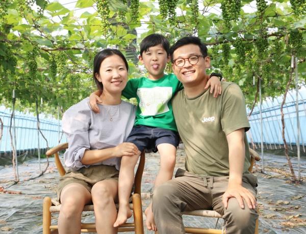 전북 장수군, 포도가 탐스럽게 열린 덩굴 아래서 권성현 씨와 아내 김아영 씨, 아들 이랑 군.